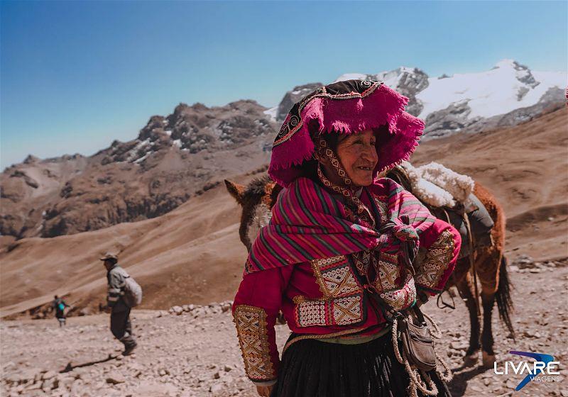 mulher com roupas tradiconal peruana na trilha da vinicunca