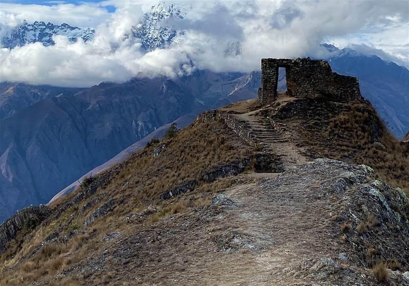 porta do sol com montanhas ao fundo em machu picchu