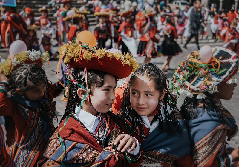 quatro meninas com roupas tradicinais peruanas em festividade no peru