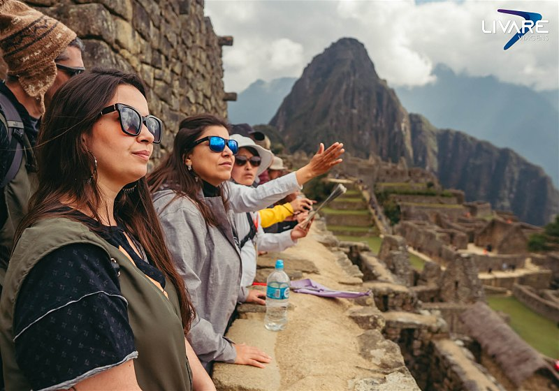 turistas contemplando machu picchu
