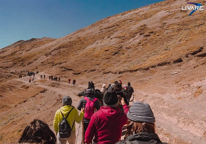 grupo de pessoas fazendo treking em montanha seca