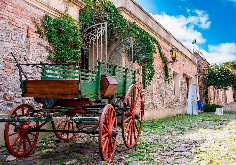 carroça vede em frente a construções históricas em colonia del sacramento