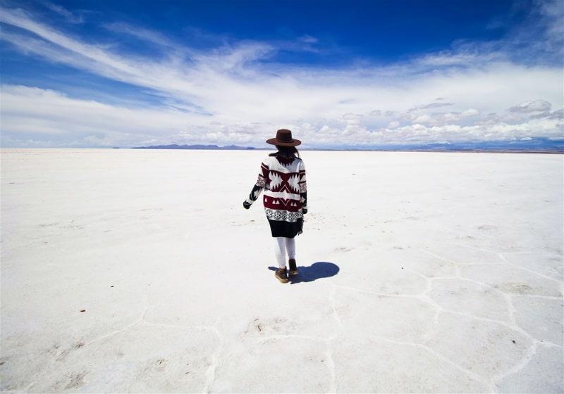 mulher caminhando com roupa etnica no salar de uyuni bolivia