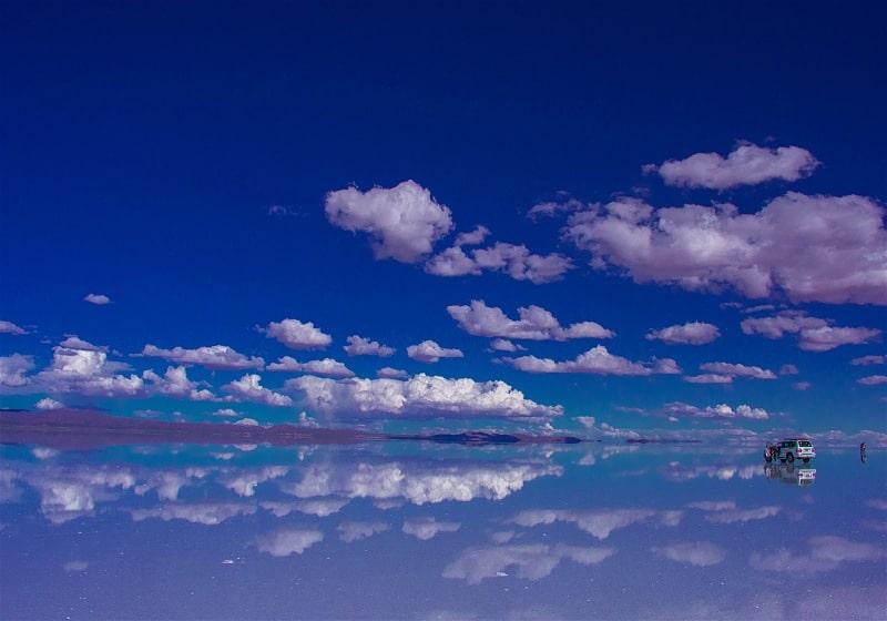 céu refletido no salar de uyuni bolívia com carro