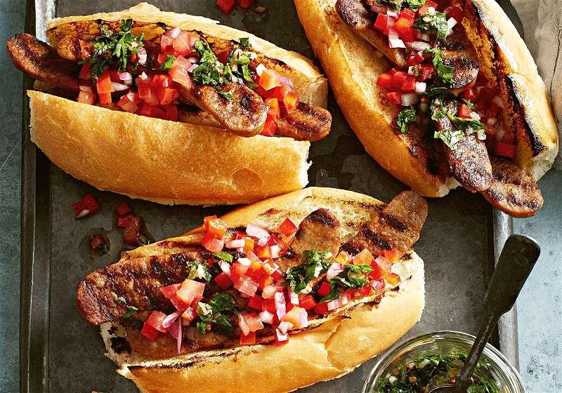 três choripans comida típica argentina feito com pão e linguiça