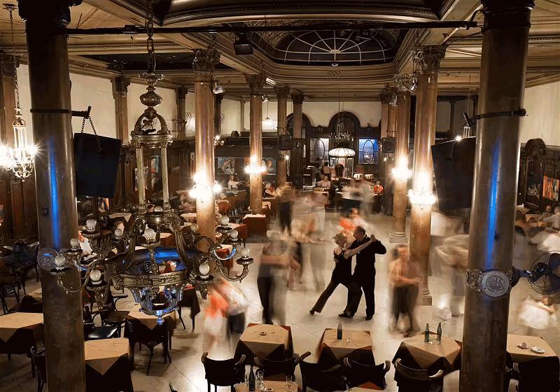 casal dançando tango em bar