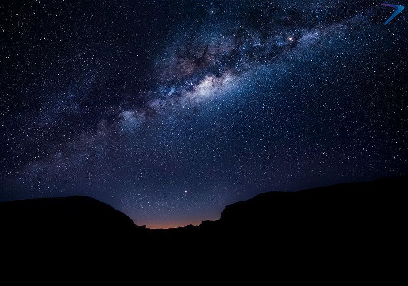 ceu noturno com via lactea sobre formações rochosas do deserto atacama
