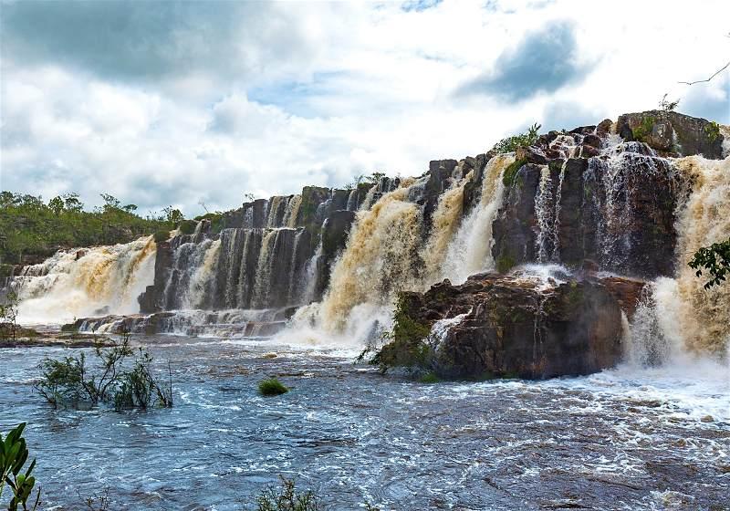cadeia de cachoeiras e pedras e céu com nuvens