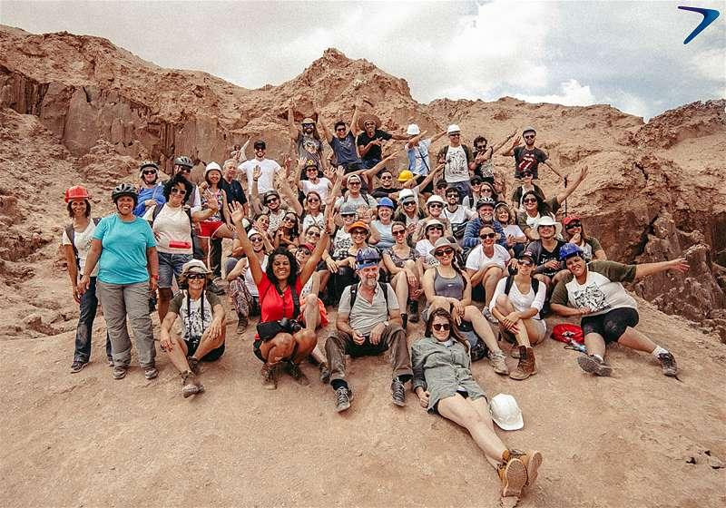 grupo de turistas com roupas de trekking no deserto atacama