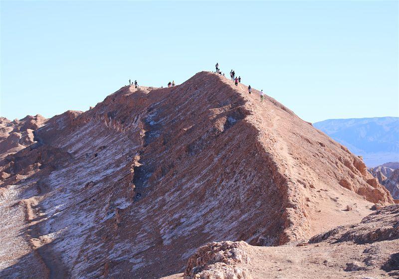 grupo de turistas praticando trekking em montanha no deserto atacama