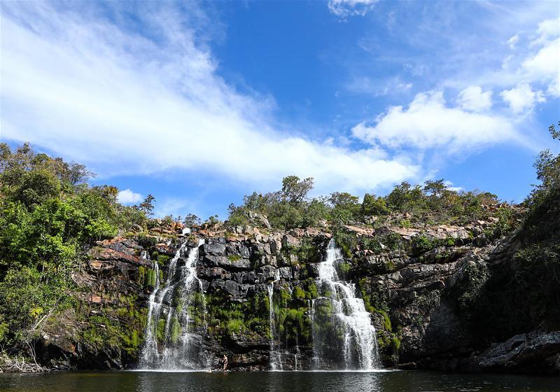 cachoeira do poço encantado e céu azul